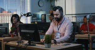 Team die op een steuncentrum werken stock video