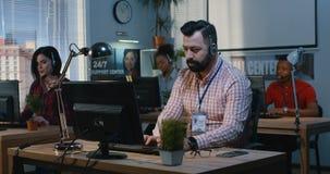 Team die op een steuncentrum werken stock videobeelden