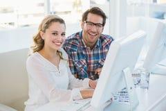 Team die over het blad gaan die van het fotocontact bij camera glimlachen Stock Afbeelding