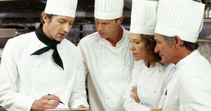 Team die van chef-kok de dienst voorbereiden stock video