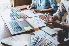 Team die van Creatief Web/Grafische Ontwerper planning, website ux app voor mobiel van de telefoontoepassing en ontwikkeling malp stock afbeelding