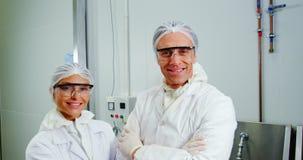 Team die van glimlachende slager zich met gekruiste wapens bevinden stock videobeelden