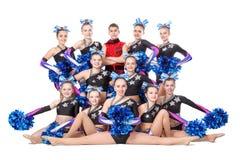 team die van jonge professionele cheerleaders in de studio voor een groepsfoto stellen Stock Fotografie