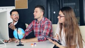 Team el trabajo los businessmans combinan el trabajo con nuevo proyecto de inicio en oficina moderna almacen de video