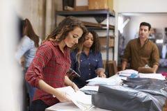 Team em ordens da roupa de uma embalagem da sala do cargo para a distribuição imagens de stock royalty free