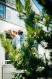 Team en installant la tente de protection du soleil sur la fenêtre balckony Photo stock