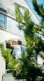 Team en installant la tente de protection du soleil sur la fenêtre balckony Image stock