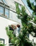 Team en installant la tente de protection du soleil sur la fenêtre balckony Photos stock