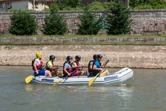 Team flößen, wenn Sportteam im Flossrennen auf Fluss Nisava in der Stadt von Nis, Serbiaon der Fluss Nisava in der Stadt von Nis, lizenzfreie stockfotos