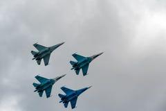 Team Flug des russischen Lotsenteams auf SU-27 Stockbild