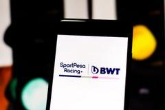 Team Formula 1 logotipo del equipo del punto que compite con F1 en la pantalla del dispositivo móvil Competir con el punto disput imagen de archivo libre de regalías