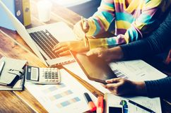 Team Geschäftsmann Job Arbeiten mit Laptop im Büro des offenen Raumes Stockfotografie