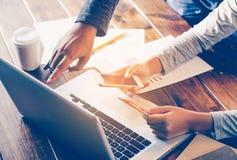 Team Geschäftsmann Job Arbeiten mit Laptop im Büro des offenen Raumes Lizenzfreie Stockfotografie