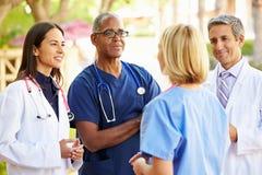 Team Having Discussion Outdoors médico fotos de stock