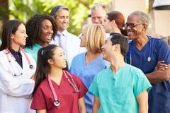Team Having Discussion Outdoors médico imagen de archivo