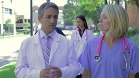 Team Having Discussion Outdoors médico video estoque