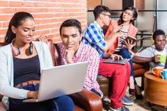 Team in het creatieve agentschap werken met laptop Royalty-vrije Stock Afbeelding
