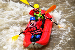 Team het kayaking als extreme en pretsport Stock Foto