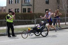 Team Hoyt kör i deras 34th Boston maraton på April 17, 2017 i Boston Arkivbilder
