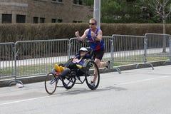 Team Hoyt-looppas in hun 34ste Marathon van Boston op 17 April, 2017 in Boston Stock Fotografie