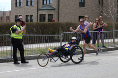 Team Hoyt-looppas in hun 34ste Marathon van Boston op 17 April, 2017 in Boston Stock Afbeeldingen