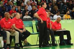 Team il centro di Mike Krzyzewski del primo allenatore di U.S.A. durante la partita di pallacanestro del gruppo A di Rio 2016 gio Fotografia Stock