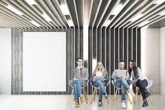 Team im Raum mit leerer Fahne Lizenzfreies Stockfoto