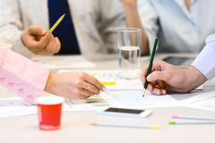 Team Job Business Concept - folk som diskuterar presentationsdata Arkivbild
