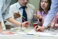 Team Job Business Concept - les gens discutant des données de présentation Photographie stock libre de droits