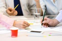 Team Job Business Concept - Leute, die Darstellungs-Daten besprechen Stockfotografie