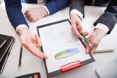 Team Job junge businessmans Mannschaft, die mit neuem Start-projec arbeitet Stockfotos
