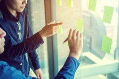 Team kreative Unternehmensplanung und das Denken an Ideen für succe Lizenzfreie Stockfotos