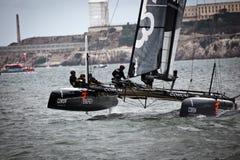 Team l'isola di Alcatraz di esperienza delle velocità di Corum avanti nella corsa di Louis Vuitton in serie della tazza delle Amer Immagine Stock Libera da Diritti