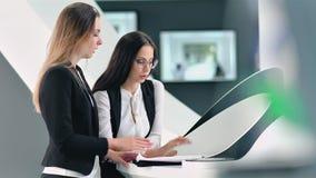 Team la riunione e un 'brainstorming' del businrsswoman due in ufficio futuristico moderno video d archivio