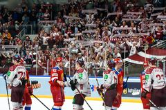 Team Latvia na winst tegen team Rusland Teamleden die handdrukken geven stock fotografie