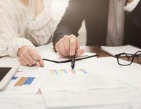 Team lavorare al progetto di affari con i rapporti finanziari immagine stock
