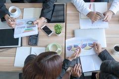 Team le concept de réunion d'affaires de travail dans un bureau images stock