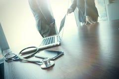 Team le docteur travaillant avec l'ordinateur portable dans l'espace de travail médical Photo libre de droits