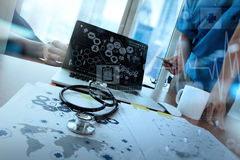 Team le docteur travaillant avec l'ordinateur portable dans l'espace de travail médical Photo stock