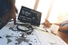 team le docteur travaillant avec l'ordinateur portable dans l'espace de travail médical de Images stock