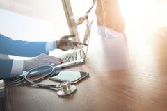 team le docteur travaillant avec l'ordinateur portable dans l'espace de travail médical de Image libre de droits