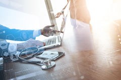 team le docteur travaillant avec l'ordinateur portable dans l'espace de travail médical de Photos stock