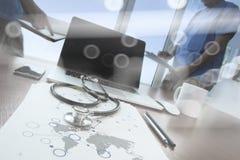 Team le docteur travaillant avec l'ordinateur portable dans médical Image libre de droits