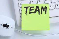 Team le travail d'équipe fonctionnant ensemble la souris de bureau de concept d'affaires Photos libres de droits