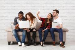 Team le travail, de jeunes collègues discutent des idées d'affaires Image stock