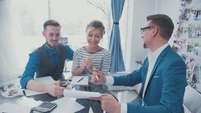 Team Leader ofrece la idea Negocios Líder Trabajo en la oficina metrajes