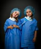 Team les médecins avec le matériel médical image stock