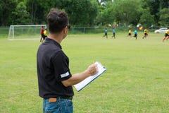 Team Manager Coaching zijn Bemanning naast Voetbal of Voetbalgebied royalty-vrije stock foto's