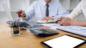 Team-Manager mit zwei Gesch?ften, der eine Diskussion mit neuer Projekterfolgsfinanzstatistik, Partnersitzungsprofessioneller anl lizenzfreies stockbild