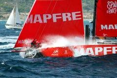 Team MAPFRE dans la course après congé le port d'Alicante photos libres de droits